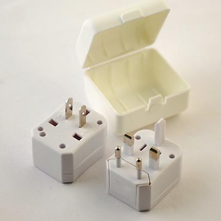 Набор переходников для различных типов розеток в пластиковой коробке. Цвет корпусов белый